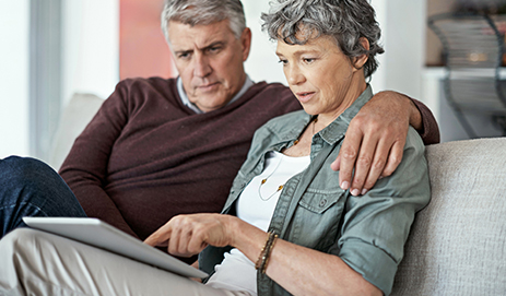 Echtpaar leest samen op tablet.
