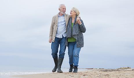 Echtpaar wandelt op strand