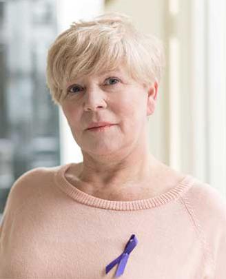 Dame met paarse lintje op bloes
