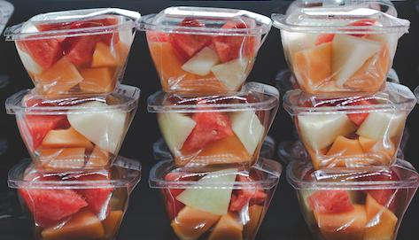 Voorgesneden fruit in plastic bakjes