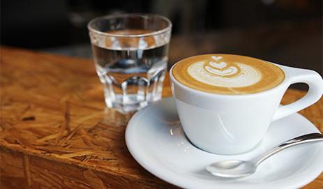 Kopje koffie en glaasje water