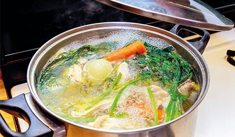 Pan met kokend water en groenten