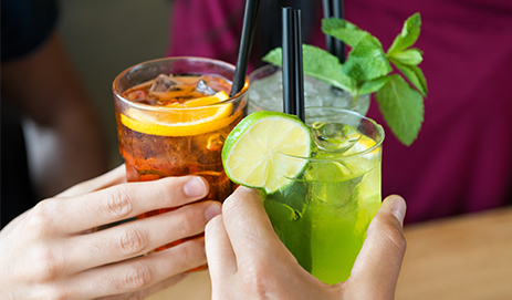 Proosten met drankjes