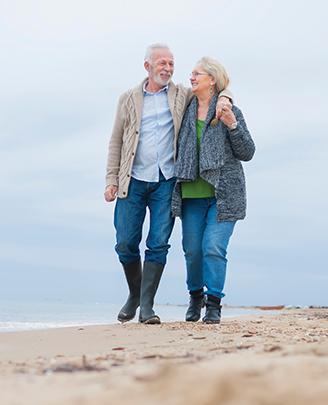 Stel aan het wandelen op het strand