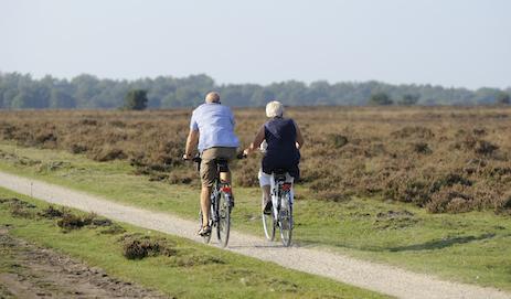 Twee fietsende mensen