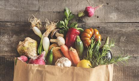 Papieren zak met groente en fruit