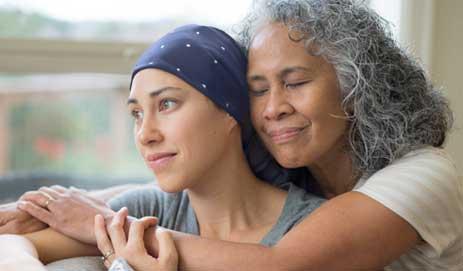 Dame knuffelt met dochter met hoofddoek op