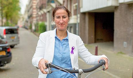 Nadia Ameyah, met paars lintje