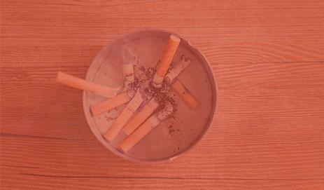 Asbak met sigaretten in rood kader