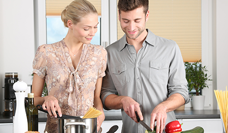 Stel kookt samen