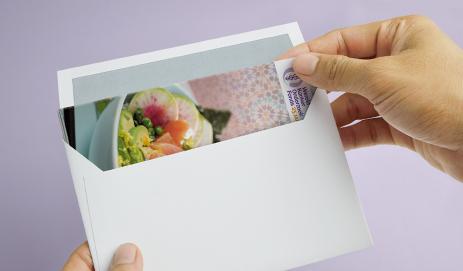 Envelop met kookboekje erin
