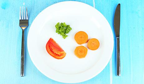 Bord met weinig eten erop