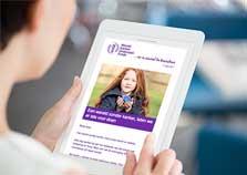 Tablet met online nieuwsbrief erop