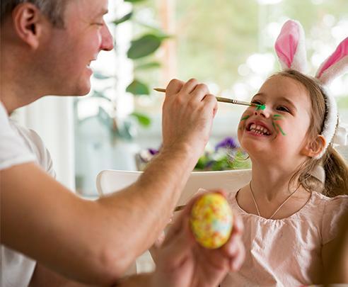 Vader met dochter tijdens Pasen