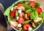 Spinaziesalade met aardbeien en walnoten
